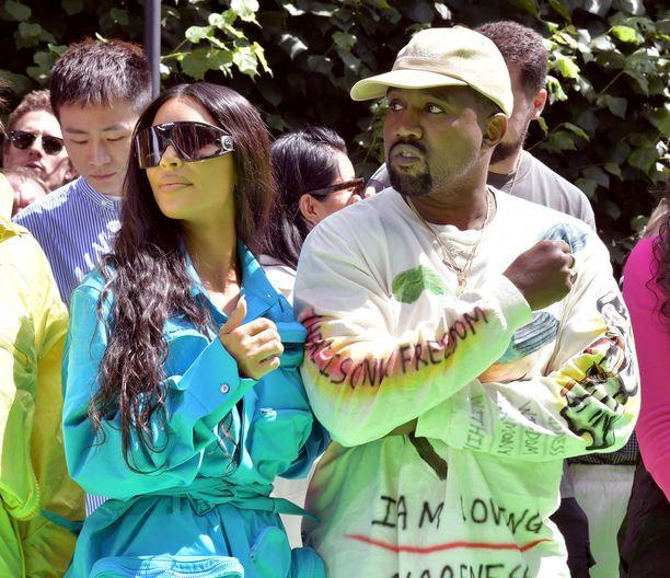 Kim Kardashian piiloutui sporttisten aurinkolasien taakse ja istui miehensä Kanye Westin vieressä muotinäytöksessä.