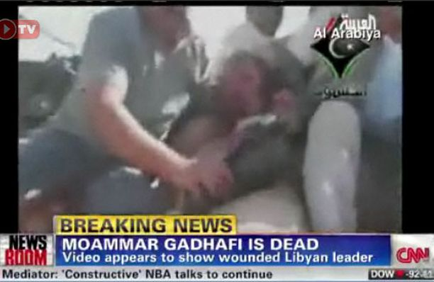 Videolla Gaddafi painetaan ensin auton konepellille ja sitten maahan.