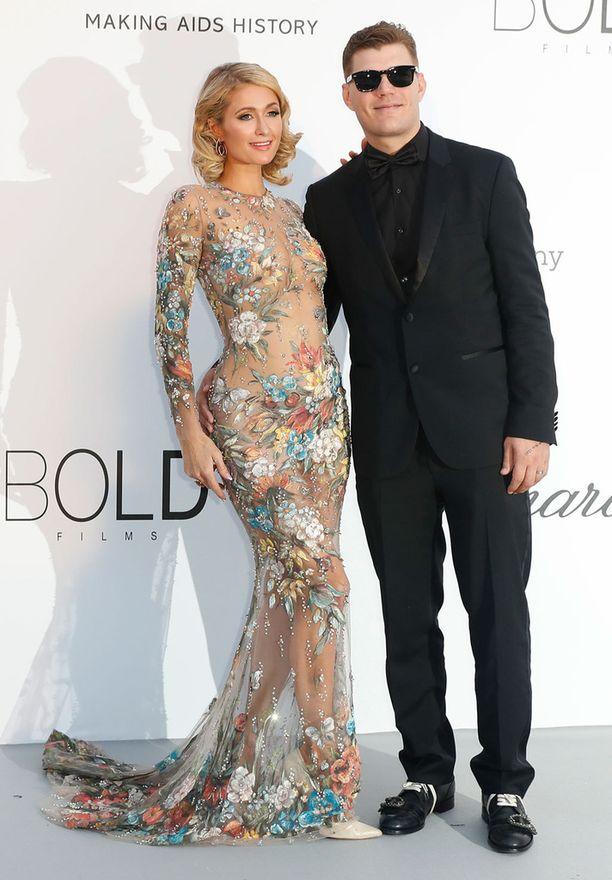 Kuvassa Paris kihlattunsa Chris Zylkan kanssa toukokuussa.