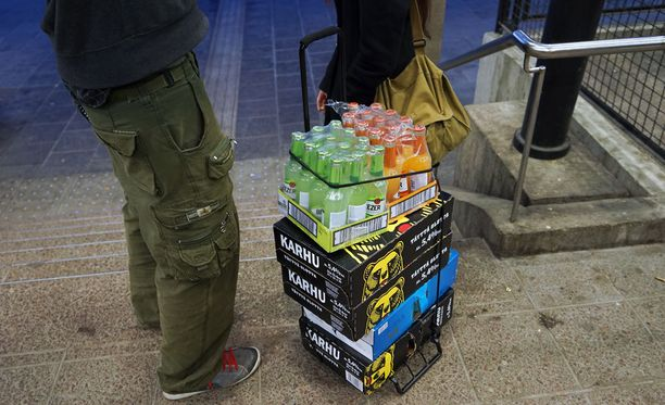 Kalja kallistuu Virossa. Suomessa neloskaljan hinta saattaa sen sijaan laskea rajustikin, jos alkoholilain muutos menee läpi.