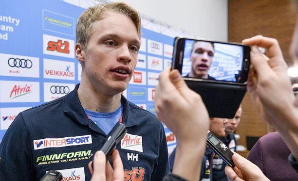 Iivo Niskanen oli viestijoukkueen lehdistötilaisuuden suosituin hahmo.
