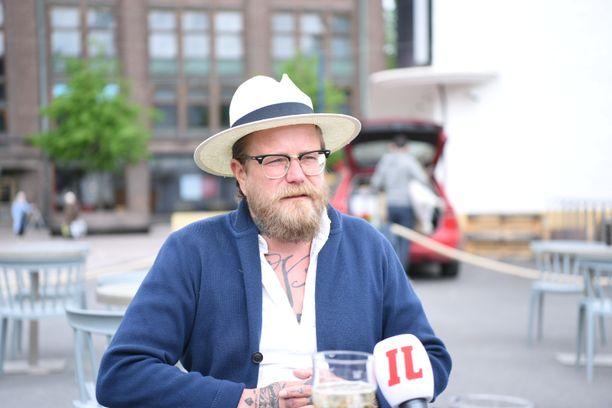 Mediapersoona Wallu Valpio saapui Lasipalatsin terassille jo aamupäivällä.