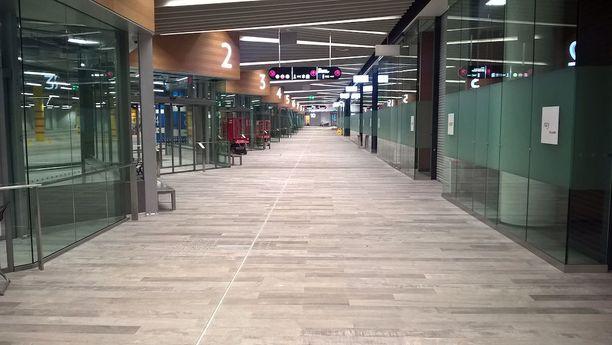 Matinkylän metroaseman yhteyteen rakennettu uusi bussiterminaali odottaa matkustajia ja tyhjät liiketilat asiakkaita. Kuva viime elokuulta, jolloin länsimetron avajaisia piti viettää.