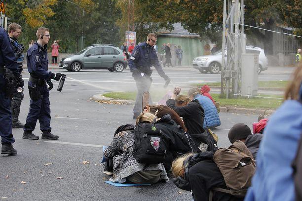 Poliisi hajotti lauantaina mielenilmausta Helsingissä Unioninkadulla Varsapuistikon edustalla.