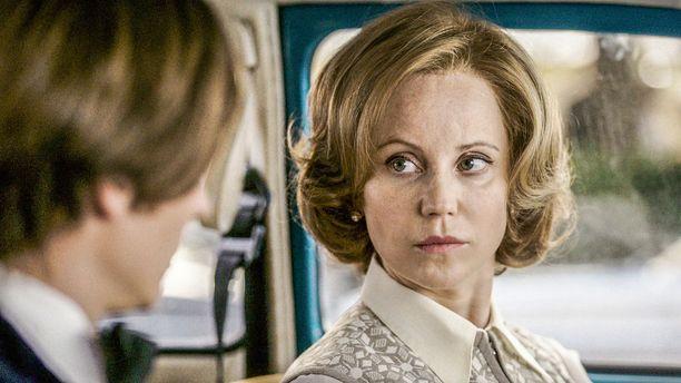Sofia Helin näyttelee minisarjassa eronnutta nelikymppistä naista, jolta DDR:n agentti pyrkii saamaan tietoja.