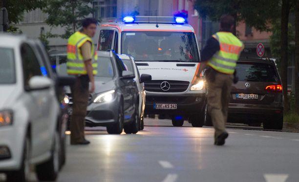 Ambulanssi ajoi ostoskeskuksen ohitse.