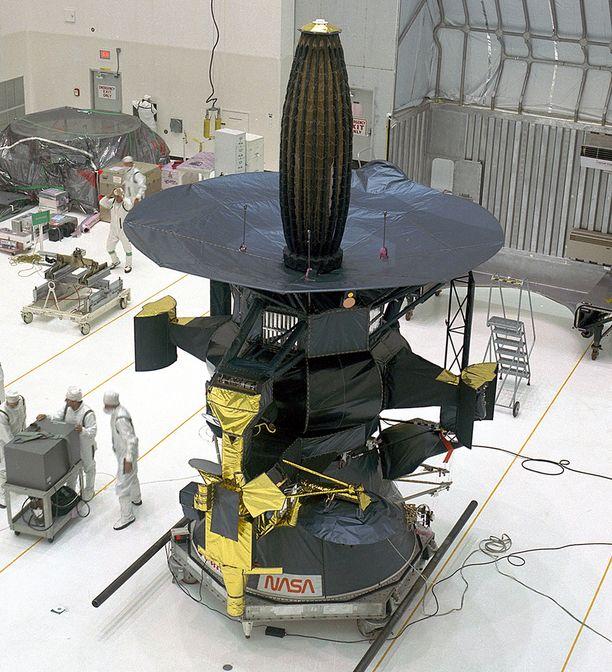 Galileo Nasan puhdastilassa. Luotain lähetettiin matkaan vuonna 1989 ja se saapui kohteeseensa 1995.