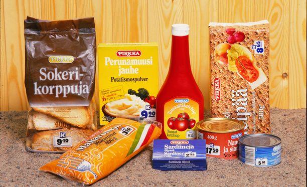 Tältä näyttivät ensimmäiset Pirkka-tuotteet. 1984 oli tärkeää, että hinnat näkyivät pakkauksessa, sillä sama hinta oli koko Suomessa ja jokaisessa K-kaupassa.