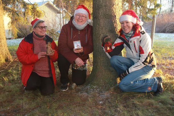 Kauhavan tontut tuovat joulumieltä. Marjo Hannula (vas.), Irmeli Jousmäki sekä Miia Vistbacka järjestävät jälleen joulujuhlat yksinäisille ja vähäosaisille.