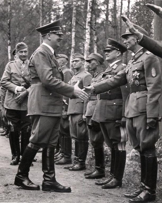 Adolf Hitler vieraili Suomessa kesäkuussa 1942. Hitler onnittelee vuoristojoukkojen kenraalieversti Dietliä tämän ylennyksen johdosta. Kuva: IL-ARKISTO.