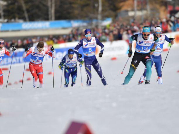 Clement Parisse (oik.) oli skiathlonin yllättäjä. Hän itse janosi mitalia, mutta joutui pettymään lopussa.