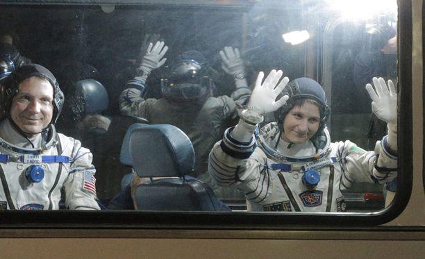Samantha Cristoforetti heilutti kameroille ennen lähtöään avaruuteen.
