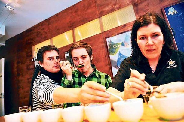 KAHVIEKSPERTIT Benjamin Andberg (vas), Tuomas Peltola ja Ulrika Hannula ryystävät kahvia. Ihan oikein, ryystävät, vieläpä äänekkäästi. Se kuuluu maistamisen tekniikkaan.