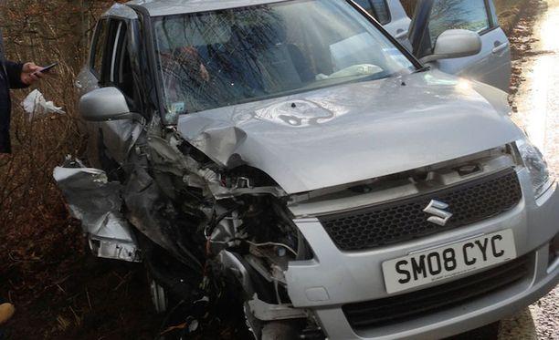 Henkilöauton naiskuljettaja jouduttiin leikkaamaan ulos autosta.