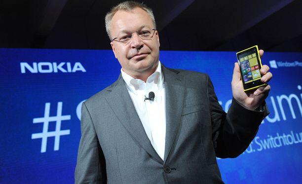 Elop ja Nokian lippulaivapuhelin Lumia 920 vuonna 2012.