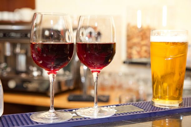 Jos aiot juoda illan aikana sekä viiniä että olutta, krapulan kannalta ei ole mitään väliä sillä, missä järjestyksessä niitä juot.