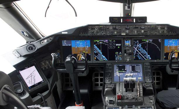 Onnettomuustutkintakeskus on saanut valmiiksi selvityksen heinäkuussa 2017 Helsinki-Vantaan lentokentällä tapahtuneesta vaaratilanteensa. Kuvituskuva matkustajalentokoneen ohjaamosta.