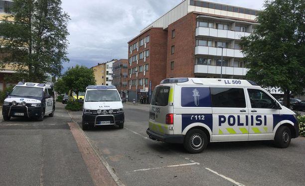 Poliisi etsii henkilöä Rovaniemen keskustassa usean partion voimin.