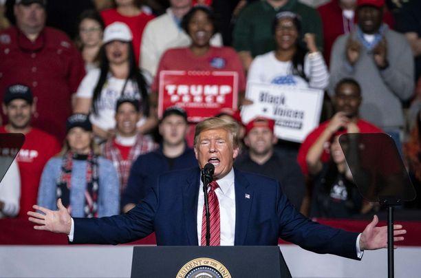Koronavirus on liberaalien salaliitto, kertoi Donald Trump Etelä-Carolinassa.