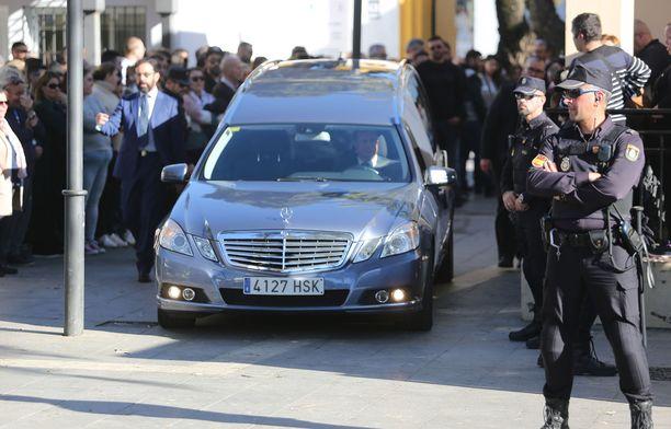 Pojan arkku vietiin autossa siunaustilaisuudesta hautausmaalle.