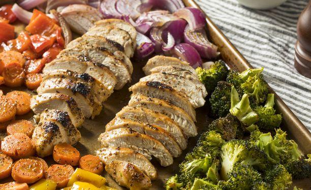 Parsakaalin ja punasipulin lisäksi tai sijaan, pellille voi laittaa myös esimerkiksi porkkanaa ja paprikaa.
