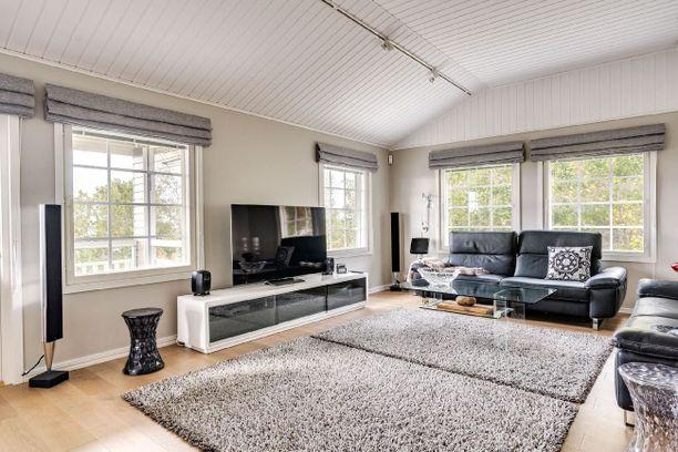 Yhdellä Pirkanmaan halutuimmalla asuinalueella sijaitseva 203 neliön koti jakautuu kolmeen kerrokseen. Neljän makuuhuoneen kodista pyydetään hieman yli 1,4 miljoonaa.