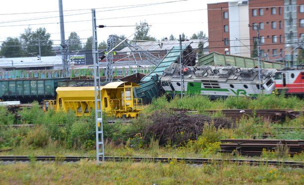 Junat suistuivat raiteilta täysin.
