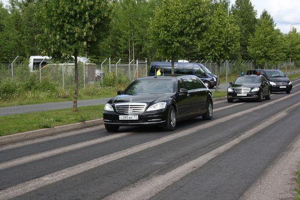 Kentältä lähti noin tunti laskeutumisen jälkeen rekka-autoja sekä diplomaattikilvissä olevia henkilöautoja ja Mercedes-Benz -merkkinen limusiini.