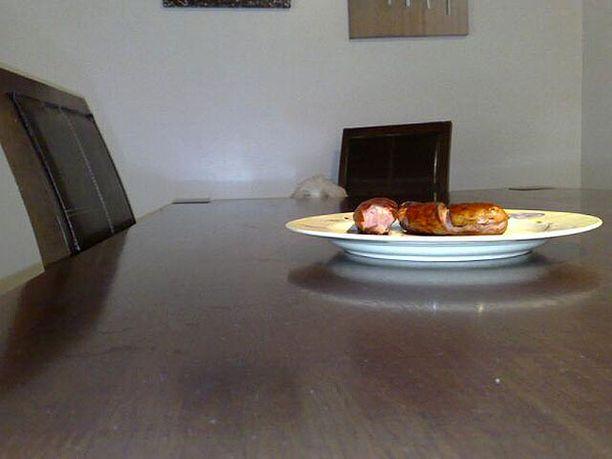 Kun toi kuvaaja lähtee, nappaan noi grillimakkarat!