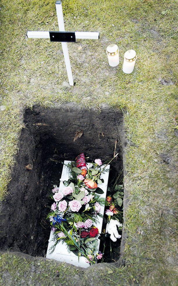 HAUDAN LEPOON – Sinä sait elämän elettäväksesi, mutta joku riisti sen, kirkkoherra Anders Johansson saneli tuntemattoman tyttövauvan hautajaisissa vuonna 2003.