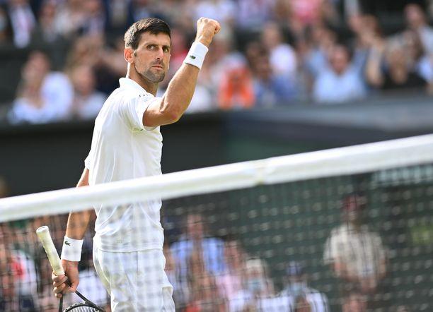 Novak Djokovic nousi ensimmäisen hävityn erän jälkeen rinnalle ja ohi.