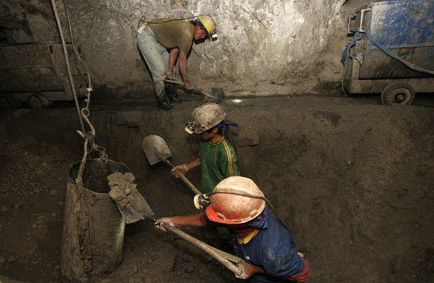 Mainarit työskentelvät kaivoksella pitkiä päiviä karuissa oloissa.