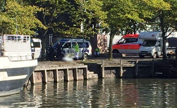 Ylipalomies Jorma Korhonen kertoo, että pelastuslaitos sai hälytyksen vainajasta veneilijältä. Ilmoitus tuli kello 11.04.