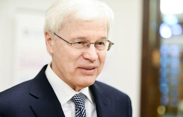 Bengt Holmström sivusi tiedotustilaisuudessaan myös sote-uudistusta. Holmströmin mukaan on ongelmallista, jos yksityisille palveluntarjoajille annetaan paljon liikkumavaraa.