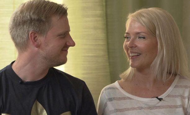 Olli ja Miia tapasivat toisensa ensimmäisen kerran alttarilla, kun he menivät naimisiin tv-kameroiden edessä. Asiantuntijat olivat analysoineet Ensitreffit alttarilla -ohjelmaan hakeneiden ihmisten taustat ja katsoneet, että Olli ja Miia sopivat toisilleen parhaiten.
