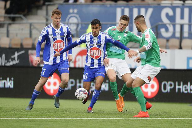 HJK:n Harmeet Singh ja Eetu Vertainen (vas) taistelivat IFK Mariehamnin Aapo Mäenpään ja Robin Buwaldan (oik) kanssa veikkausliigapisteistä. HJK nousi loppuminuuteilla ohi.