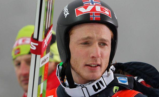 Johan Remen Evensen hyppäsi mäkihypyn ME-pituudeksi 246,5 metriä vuonna 2011. Nykyinen ennätys 251,5 metriä on toisen norjalaisen, Anders Fannemelin nimissä.
