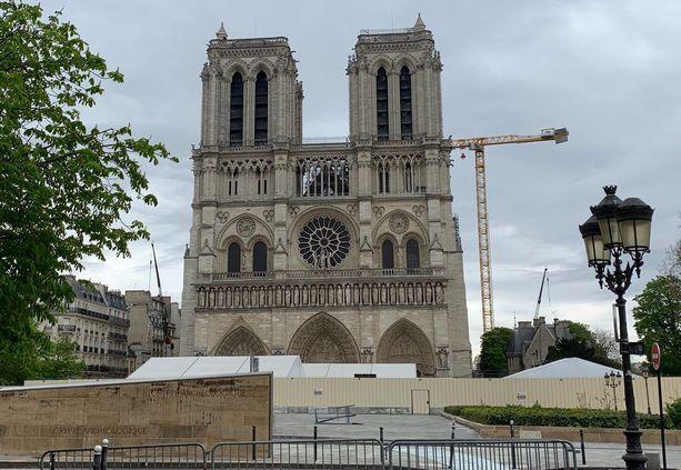 Nostokurki seisoo Notre Damen edustalla.