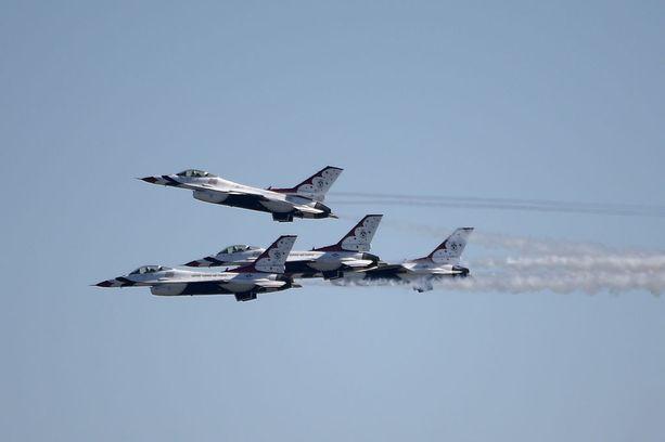 Thunderbirds vuoden toistaiseksi ainoassa lentonäytöksessään Floridassa helmikuussa. Ensi viikonlopulle kaavailtu näytös peruttiin onnettomuuden takia.