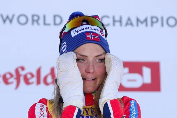 Tunteet nousivat pintaan, kun Therese Johaug voitti ensimmäisen arvokisamitalinsa dopingpannan jälkeen.