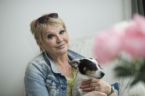 """Hannele Laurin silmäterä on jo 16-vuotias Nancy-koira. Kun näyttelijä sai elämäntyöpalkinnon Jussi-gaalassa alkuvuodesta, hän omisti Betoni-Jussin """"kahdelle nartulle""""."""