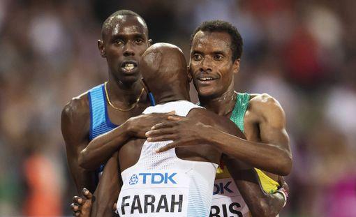 Paul Chelimo (vasemmalla) halusi voittaa Mo Farahin, mutta kulta meni Muktar Edrisille (oikealla).