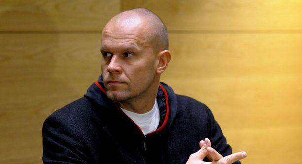 Jere Karalahti seuraa seuraavan Hamburg Freezersin pelin siviilit päällä.