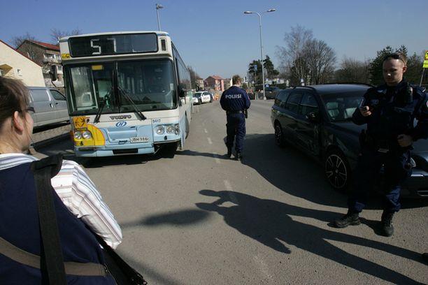 Linjan 57 matkustajat eivät loukkaantuneet kolarissa.
