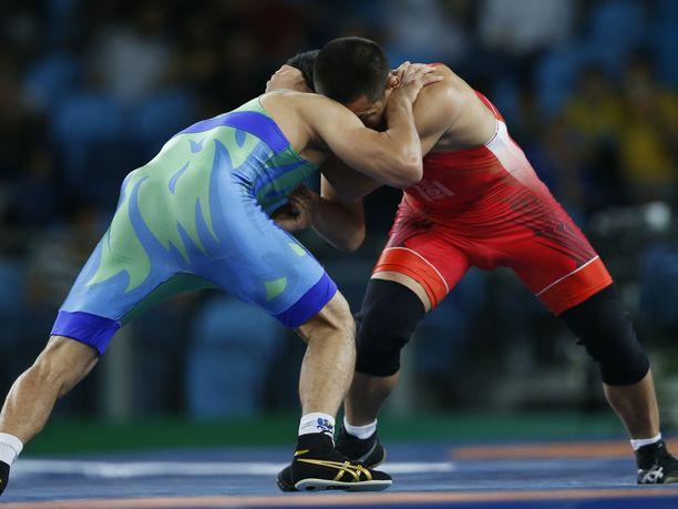 Aleksandr Ivanitski juhli olympiavoittoa painissa. Kuvituskuva.