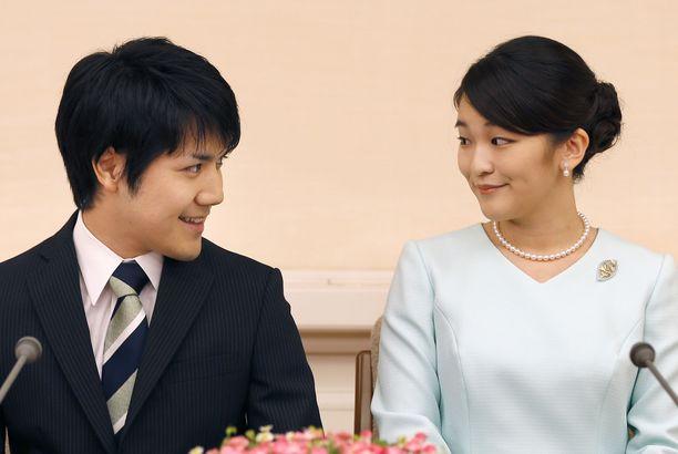 Japanin prinsessa Makon ja aatelittoman Kei Komuron rakkaustarina on ollut poikkeuksellinen. Kuvassa pariskunta kertoo kihlautumisestaan Tokiossa 3.9.2017.