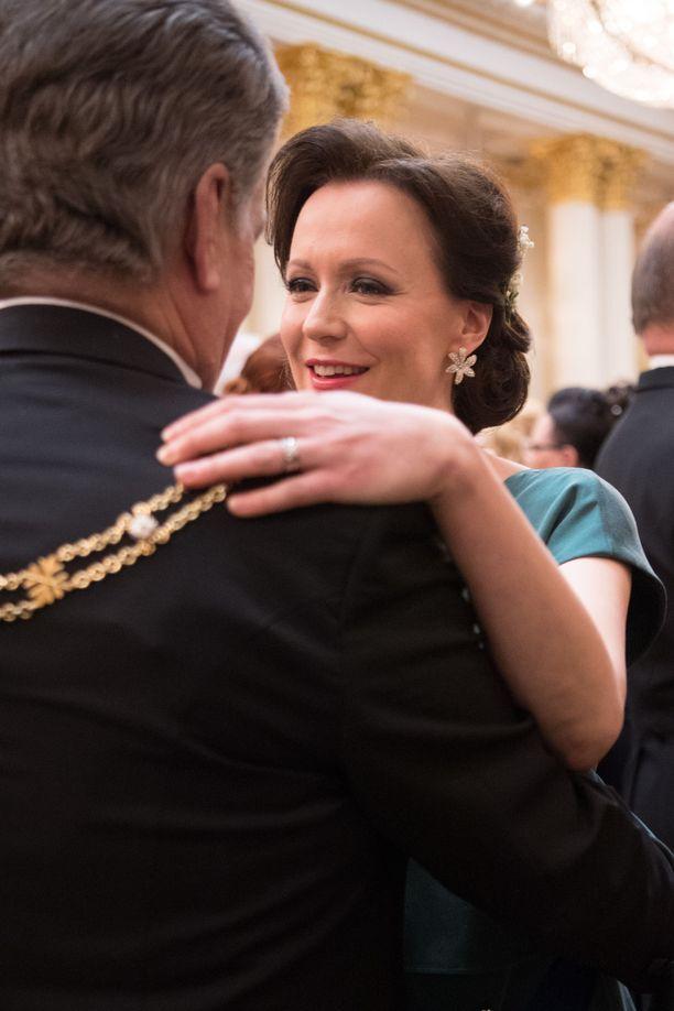 Jenni Haukio ja Sauli Niinistö tanssilattialla viime vuoden Linnan juhlissa.