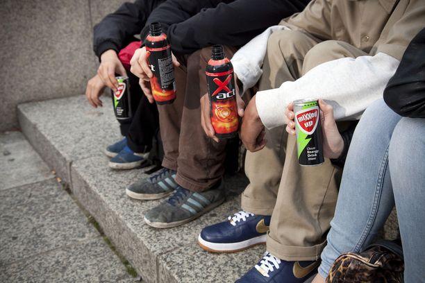 Energiajuomia hörppivät nuoret ovat tuttu näky monelle.