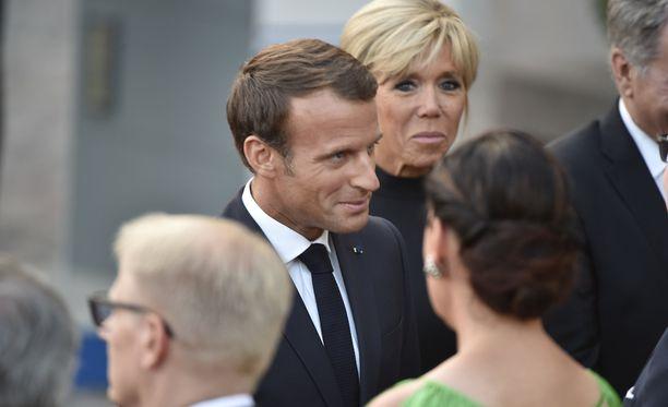 Emmanuel ja Brigitte Macron kättelemässä ministereitä.
