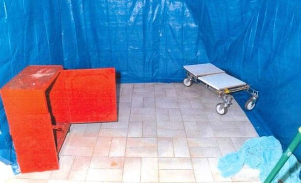 Huone, johon ruumis vietiin oli tällainen poliisin löytäessä sen kotietsinnässä.